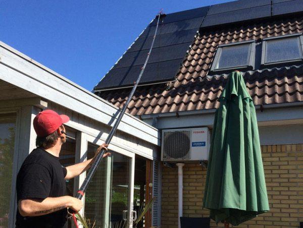 vask af solcellepaneler